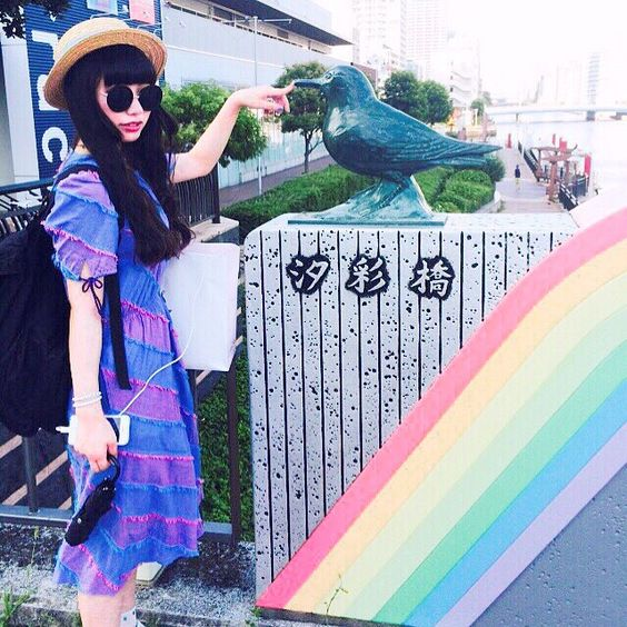 つんっ 汐彩橋がレインボーでかわいかったのでここでパシャリ☺️ 今日着てるワンピースは持ってる中で一番のお気に入り!