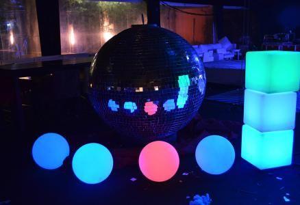Una conjuncion magnidfica para una noche a toda luz..cubos esferas luminosas se suman a los Eventos de las Grandes Ambientadoras.-