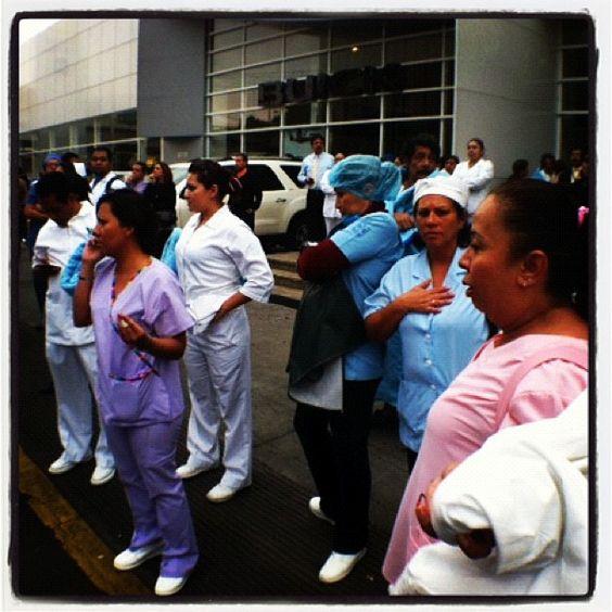 Fallece una persona durante desalojo de hospital Adolfo López Mateos http://mile.io/HBanhX