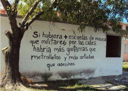 De @subversivos_: Un pueblo puede tener piedras, garrotes, pistolas o cañones;aún así, si no tiene libros está completamente desarmado http://twitter.com/subversivos_/status/428231331990872064/photo/1