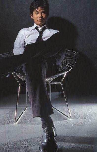 椅子に深々座る織田裕二