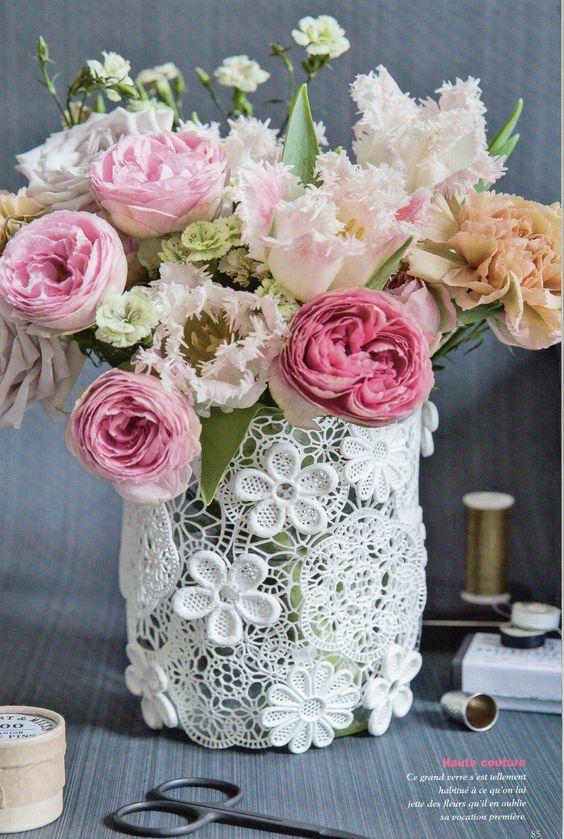 vase habillé de papier dentelle