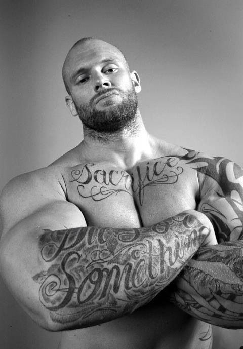 Love muscled bears, big tatted and hung