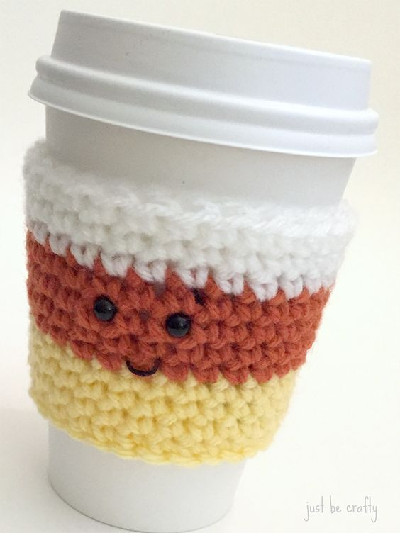 Hello hello!  I have a new pattern to share with you today…the Candy Corn Coffee Cozy!  This pattern is part 1 of a 3 part series of spooky coffee cozy friends!  With Halloween around …