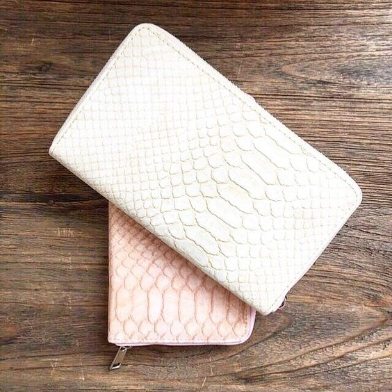 Goedemorgen! We hebben nog maar een aantal van deze Kroko's op voorraad, dus wees er snel bij! Te bestellen in drie kleuren: wit, ecru en licht roze. www.cottonandscents.com #cottonandscents #portemonnee #wallet