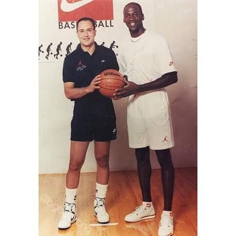 China Nos vemos mañana Para llevar  bigbostrong • fotos e vídeo do Instagram   Michael jordan, Michael jordan  photos, Michael jordan basketball