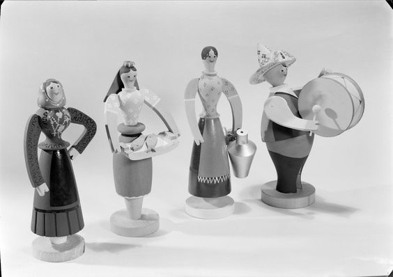 Bonecos de madeira sobre tipos populares, por Tom. Fotógrafo: Estúdio Mário Novais. Data de produção da fotografia original:1936-40.  [CFT003.065095.ic]