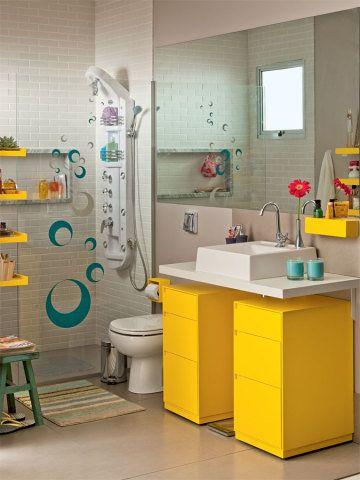 Um banheiro colorido foi capa da edição 30, de outubro de 2012, de Minha Casa. O ambiente, projetado pela arquiteta Paula Bittar, tem 3,7 m² e traz boas ideias como os adesivos enfeitando o vidro do boxe e os armários com rodinhas para facilitar a limpeza.