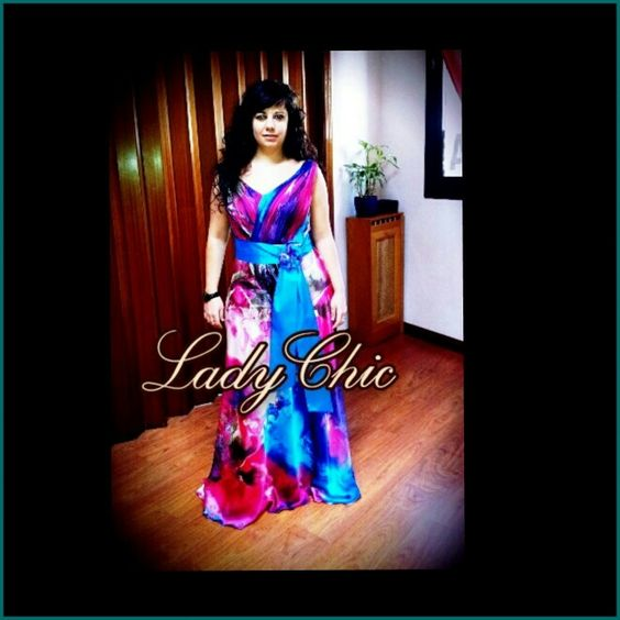 Vestido invitada en saten multicolor de seda y fajin azul en seda salvaje con lazada