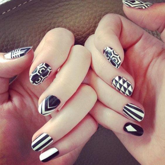 Uñas a blanco y negro con figuras geométricas