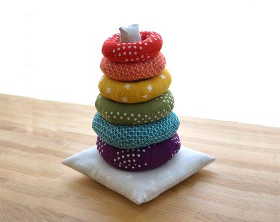 patron et tuto gratuits d 39 anneaux empiler en tissus jouet enfant pinterest jouets. Black Bedroom Furniture Sets. Home Design Ideas