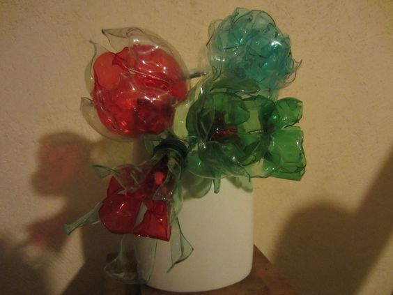 fleurs r alis es avec des bouteilles en plastique d tournements objets pinterest. Black Bedroom Furniture Sets. Home Design Ideas