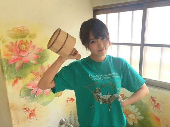 風呂桶を持つ菅井友香