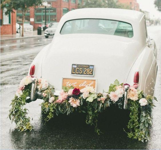 Des voitures de mariés florissantes - Blog French Antique Wedding ...