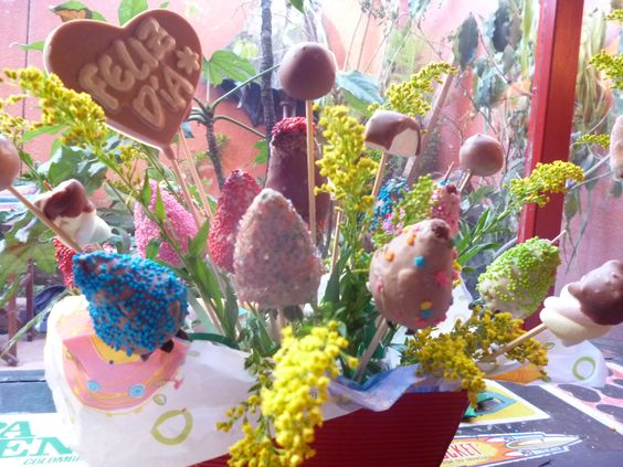 Arreglo freisal desde 6 fresas achocolatadas en adelante, incluye masmelos y uchuas, chocolatina. Desde $15.000 (Depende la cantidad de fresas) Contactanos 3144359644 - 4856483 https://www.facebook.com/fresasachocolatadasymas