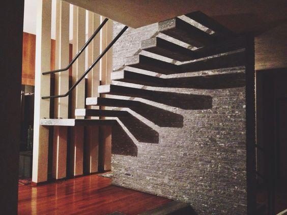 Muro portante di cemento armato rivestito di beola.  I gradini sono dei blocchi di beola di spessore 12cm a sbalzo dal cemento armato