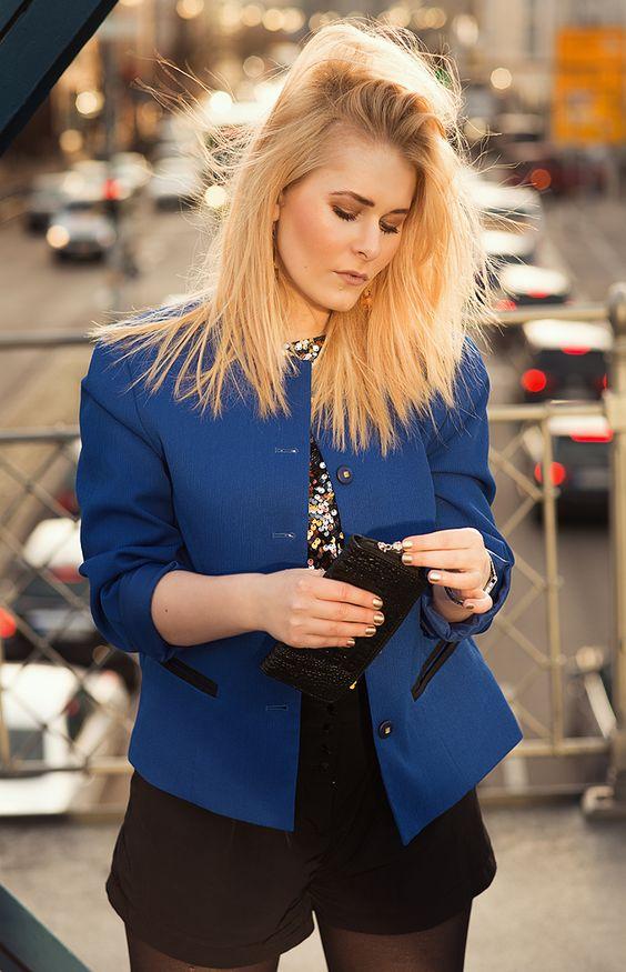 Influencer Christina Key trägt einen royal blauen Blazer und ein goldenes Paillettenbesetztes Shirt
