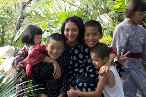 海辺の生と死で子供と写真を撮る満島ひかりさん