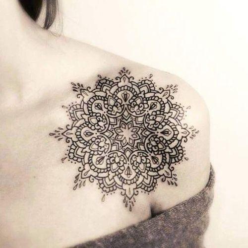 Tatto-Mandala en el hombro derecho