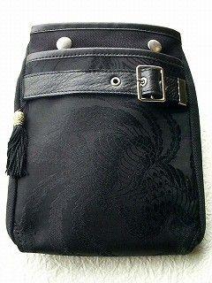 .★ご紹介・ワンポイント  ベーシックな黒を基調とした色でありながら、  滑らかな光沢感 を放つ繻子織物バッグ。  陽の明暗や角度によって浮き立つ黒の和バッグ...|ハンドメイド、手作り、手仕事品の通販・販売・購入ならCreema。