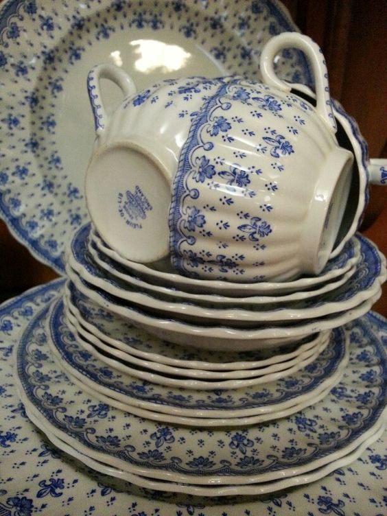 Blue and white Spode Fleur-De-Lis (earthenware no trim - discontinued pattern), an exquisitely delicate pattern and appealing shape.: