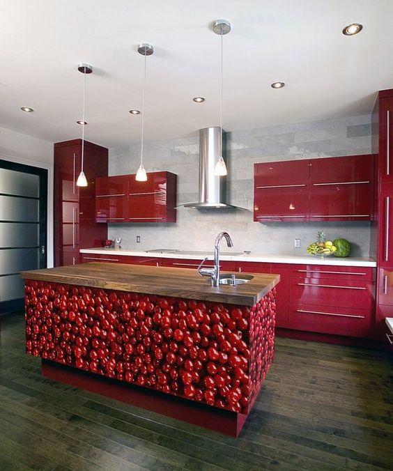 cuisine rouge aux accents blanc et bois massif avec îlot à cerises