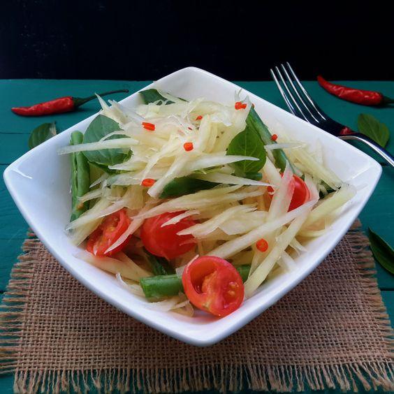 Qué se hace con una papaya verde? Hacer esta ensalada refrescante al estilo thai con judías verdes, tomates cherry, albahaca thai y una salsa deliciosa!