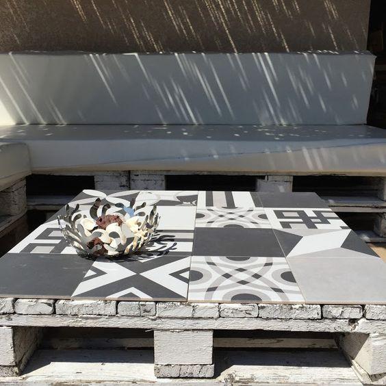 tuiles en b ton projecteurs en plein air and tables on. Black Bedroom Furniture Sets. Home Design Ideas