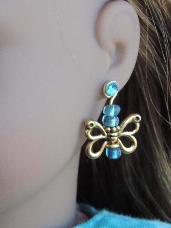 Gold and Aqua Butterfly Dangle Earrings von BrownDaisyDesigns
