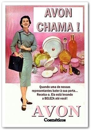 """Caríssimas Catrevagens...: Junho 2010 Quem viveu nos anos 1950/60/70 há de se lembrar desses reclames... Onde sempre se via uma revendedora de produtos da Avon tocando a campainha de uma casa. E foi assim, de porta em porta, e com o slogan: """"Avon Chama"""", que se consolidou no mundo inteiro, o sistema de vendas diretas no setor de cosméticos"""