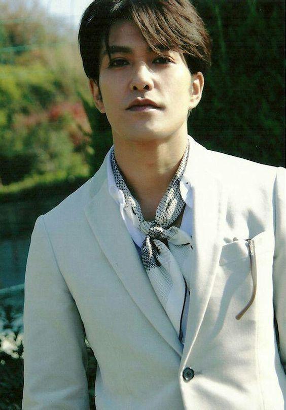 白いスーツを着た北村一輝