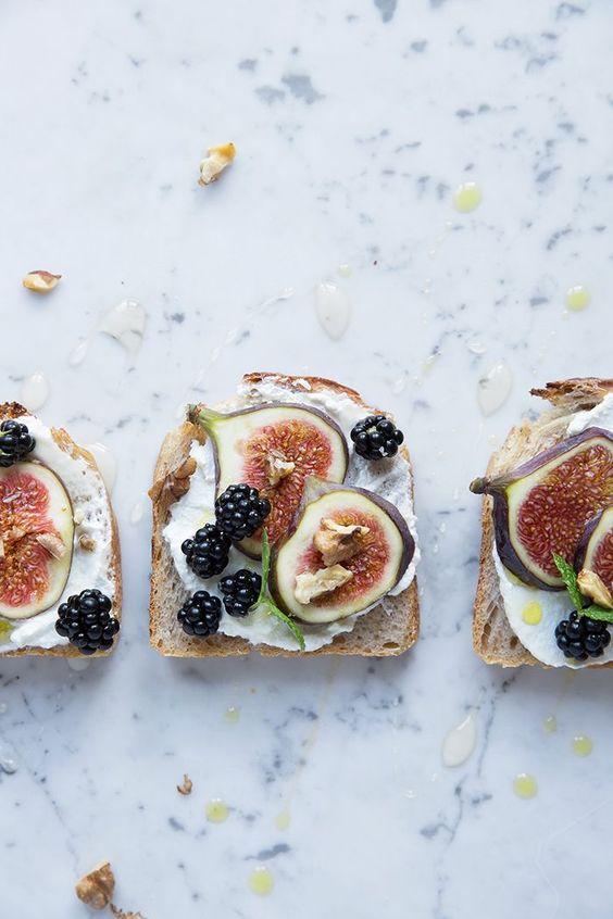 Toast with figs and blackberries / Dagmars Kitchen/Sonja Dahlgren