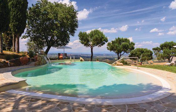 Dit vakantiehuis voor 10 personen beschikt over een grote tuin met tafels en stoelen, een prachtig panoramisch zwembad en een eigen barbecue, de ideale omstandigheden om te ontspannen in de buitenlucht.