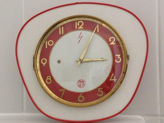 Horloge murale vintage ann es 60 en formica roug old for Deco murale annee 70