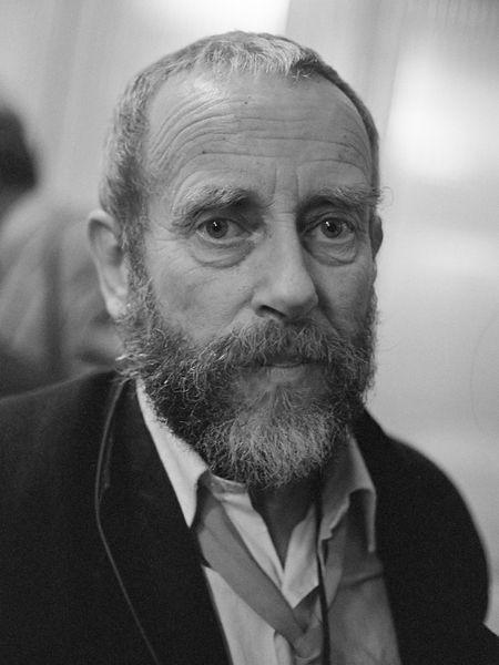 Ed van der Elsken is een Nederlandse fotograaf (en cineast). Hij maakte van 1959 tot 1960 met zijn toenmalige echtgenote Gerda van der Veen een wereldreis, en vestigde zich in 1971 in Edam. Van daaruit bleef hij reizen, onder meer naar Japan. Van der Elsken was vooral geboeid door mensen in allerlei culturen en omstandigheden. Veel van zijn werk kan als sociale fotografie gekenmerkt worden. Hij kreeg prostaatkanker en maakte daar een film van. Uiteindelijk overleed hij op 65 jarige leeftijd.