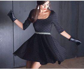 שמלה מבד גרסי נעים ואיכותי, עם טקסטורה של נקודות מקטיפה.שמלה נוחה ושיקית, מתאימה לכל אירוע.