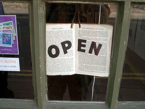 utiliser un livre pour dire que la biblio est ouverte: