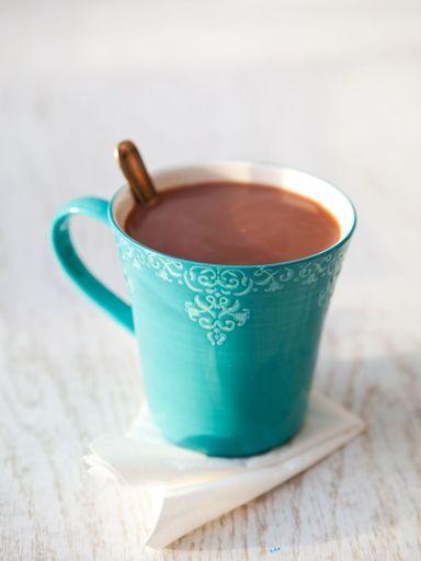 Ingrédients (pour 8 personnes) : - 2 L de lait - 2 tablettes chocolat noir, dont l'une sera du chocolat pâtissier - 3 grosses cuillerées de crème fraiche épaisse - 4 cuillères à soupe de sucre - 1 peu d'extrait de vanille - Quelques pincées de cannelle
