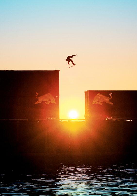 夕陽と海とスケートボード