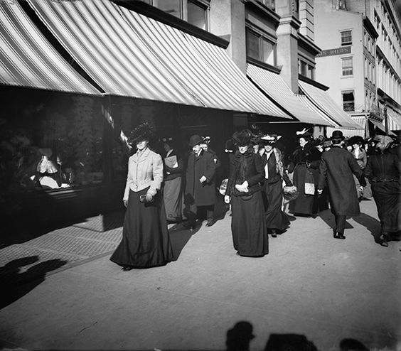 1903 Christmas Shoppers on 6th Avenue