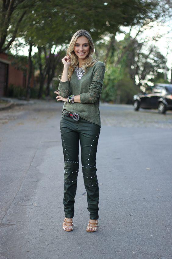 look-da-onca-monocromatico-verde-militar-tricot-verde-calca-jeans-envernizada-verde-encerada-sandalia-girafa:
