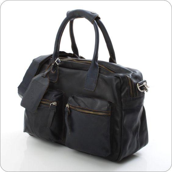 Wenn es einen Prototyp einer Tasche gäbe, dannn wäre es diese. Und daher trägt sie ganz schlicht und klassisch den Namen: The Bag. Hier ist die kleinere Variante des Erfolgsmodells von Cowboysbag.