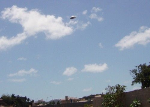 Disc-shaped object appears in photo in Alagamar, Brazil - Alagamar, Brazil - November 26, 2006 - UFO Evidence http://www.extranormal.eu: