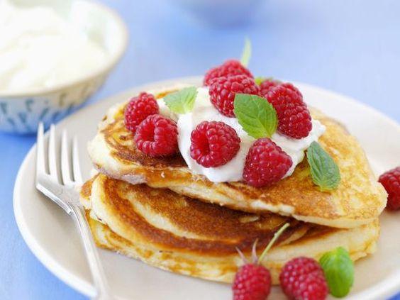 Probieren Sie die leckeren Mini-Pfannkuchen mit Joghurt und Himbeeren von EAT SMARTER!