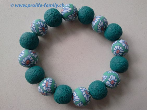 """Armkette in grün mit Blumenmotiv - Zu finden auf www.prolife-family.ch in """"Shop für Afrika""""."""