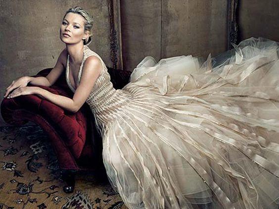 Divulgação  /Divulgação Kate Moss vai aparecer assim glamourosa na edição de maio da revista 'Vogue'. De cabelos presos, sensual e deitada num divã, a moça mostra por que é top.