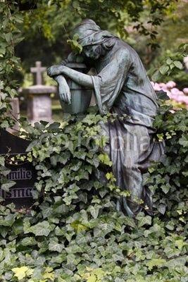Statue einer trauernden Frau auf einem Grab