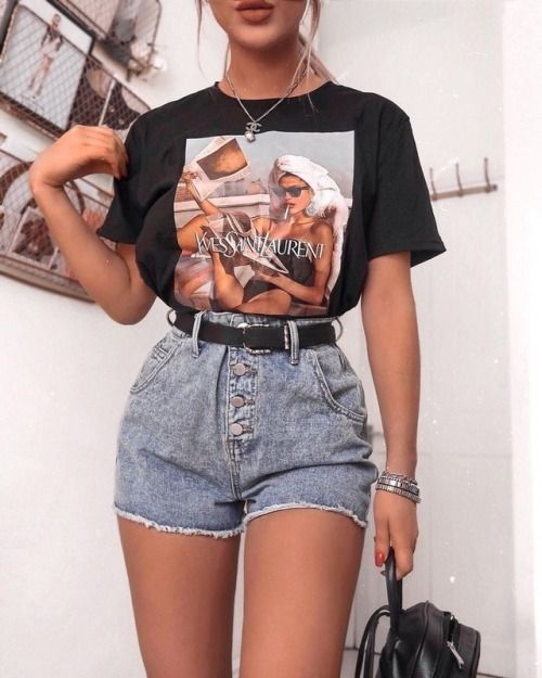 High Waisted Shorts Black Belt Black Bag Cool Tee Tucked In Silver Bracelet In 2020 Cute Casual Outfits Summer Festival Fashion Short Outfits