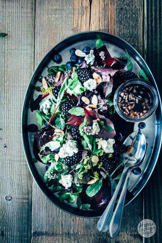 Een bijzondere rode bietensalade! Het zachte fruit past super mooi bij de…