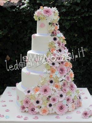 ... con una cascata di fiori colorati. Le torte nuziali riescono a stupire